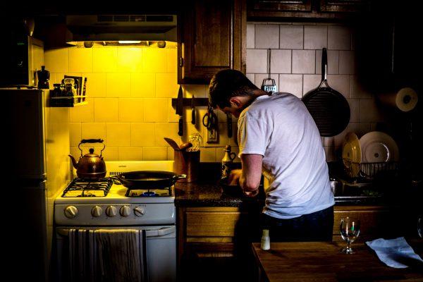 キッチンで料理している男