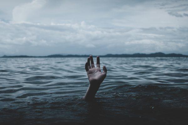 海に沈む体